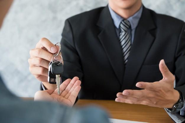 transportation-ownership-concept-customer-salesman-with-car-key_1423-187